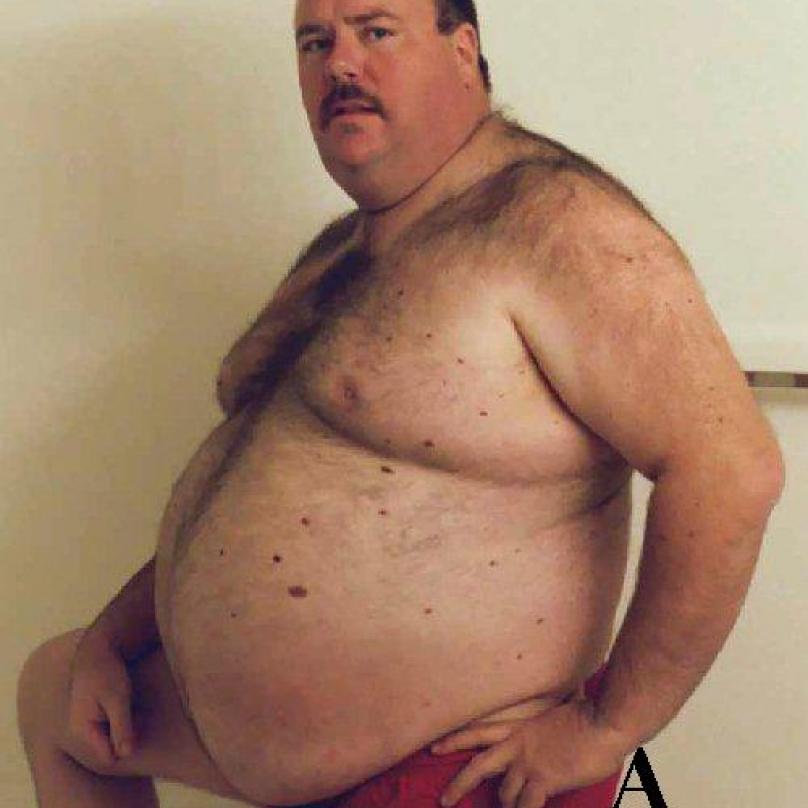 Takového muže potkáte na každém koupališti. Stojí opřený o plot, hladí si pupek a mlsně pokukuje po ženách
