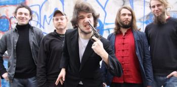 Pražská kapela Hentai Corporation hraje těžko definovatelnou směsici trash metalu a rock'n'rollu. Všichni členové jsou výborní instrumentalisté a jsou ceněni kritiky z Česka i zahraničí. Jen na Dačice je jejich tvorba málo buranská.