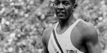 Jesse Owens mistrně překazil Hitlerův plán udělat z olympiády v Berlíně přehlídku dokonalosti bílé rasy.