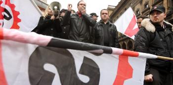 Extremistická Dělnická strana byla již zakázána, nicméně s pozměněným názvem funguje dál. Její kandidáti mají velmi specifické chápání používání akademických titulů.