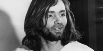 Charlese Mansona netřeba představovat. Dnes tento lidský ekvivalent esence zla slaví 83. narozeniny.
