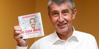 Andrej Babiš se svou knížkou. Ta ho nyní možná dostane do maléru.