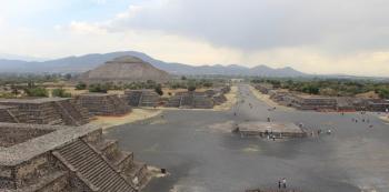 Pohled z Pyramidy Měsíce na Náměstí Měsíce, odkud ústí Třída mrtvých. Po levé straně se vypíná Pyramida Slunce.