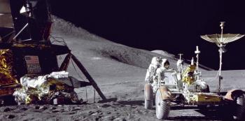Pilot lunárního vozítka James Irwin nakládá Rover vybavením.