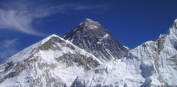 Kolem Mount Everestu se válí tisíce tun odpadků.
