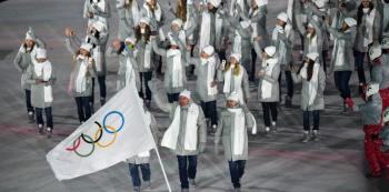 Ruští sportovci museli po dopingovém skandálu na ZOH 2018 nastoupit v neutrálních barvách.