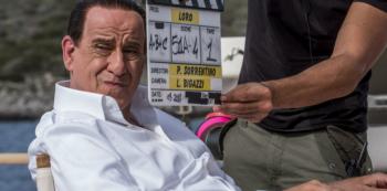 Berlusconiho ztvárnil Sorrentinův dvorní herec Tony Servillo. Maskéři se na něm skutečně vyřádili.