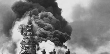 Letadlová loď Námořnictva Spojených států USS Bunker Hill po dvou útocích kamikadze, které následovaly 30 sekund po sobě. Vážně poškozenou loď se podařilo opravit.