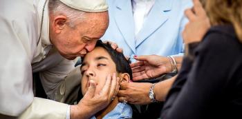 Je mi líto postižený chlapče, ale Bůh tě nesnáší. Tady máš pusu na rozloučenou a už upaluj.