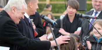 Babiš a Zeman s dětmi. Pro někoho obyčejný výjev ze života politika, pro Báru Štěpánovou projev diktátorství.