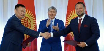 Kyrgyzský prezident Almazbek Atambajev při podpisu smlouvy s pochybnou českou společností Liglass.