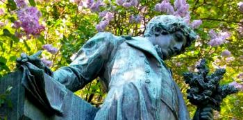 Máchova socha dnes musí každoročně přihlížet stovkám mileneckých dvojic ocicmácajících se pod petřínskými třešněmi.