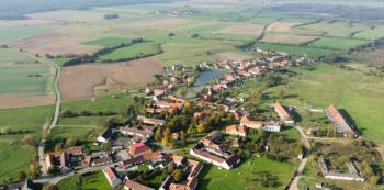 V satelitech kolem Prahy mají u každého domu bazén, protože nemají rybník. Tady mají rybník a nemají na zahradě bazény.
