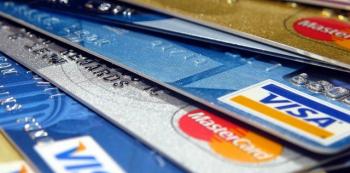 Kreditní karty pomalu začínají nahrazovat a vytlačovat klasické peníze. Nejsou ale jen nástrojem větší kontroly bank a států nad tím, za co utrácíme?