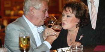 Ani Bohdalová, ani Miloš Zeman ještě nezemřeli, což je důvod k přípitku.