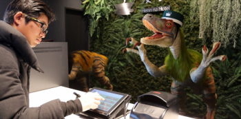 Dinosauří roboti na recepci, zřejmě nic neobvyklého!