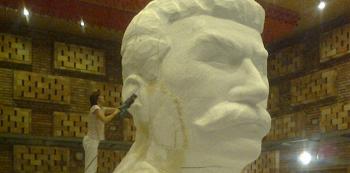 Příprava makety Stalinova pomníku pro snímek Monstrum.