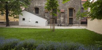 Zahrada za kostelem sv. Michala v ulici V Jirchářích.