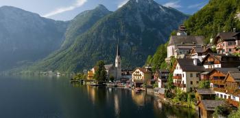 Hallstatt leží jen kousek od dálnice na cestě do Alp. V zimě se to v něm navíc nehemží turisty a na dostřel od něj se nachází spousta parádních sjezdovek.
