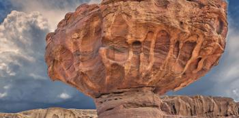 """Kamenná erodovaná """"houba""""  je symbolem Národního parku Timna nedaleko Eilatu. Strhující krajina, starověké doly na měď abarevné skalní sloupy. Musíte vidět!"""