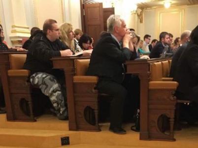 Muž, který přišel do Poslanecké sněmovny ČR v maskáčích, nedal českému národu pár dní spát.