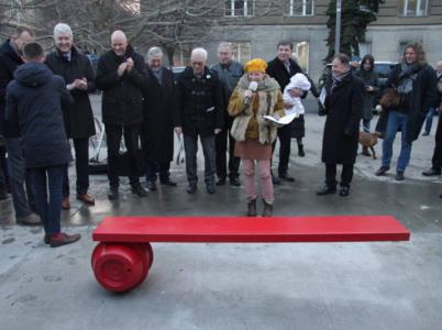 Lavička Ferdinanda Vaňka stojí na Praze 6. Je červená a dlouhá symbolických 1989 milimetrů.