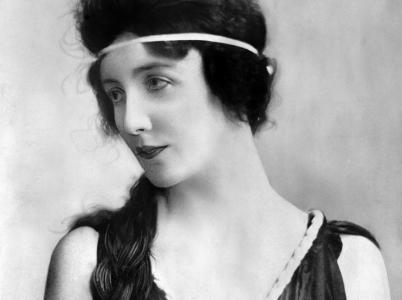 Audrey Munsonová učarovala mnoha umělcům své doby. Stála modelem více než šedesáti sochám, nicméně zemřela v zapomnění v ústavu pro duševně choré.