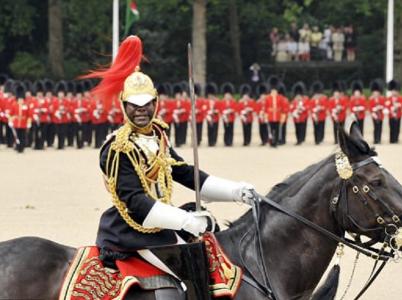 Major královské jízdy Nana Kofi Twumasi-Ankrah byl vybrán do funkce equerryho - osobního bodyguarda a asistenta královny.