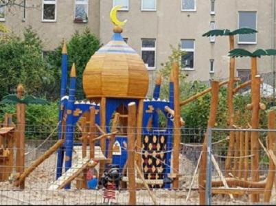Tato stavba na dětském hřišti v Berlíně rozčílila rodiče. A my se ptáme - to jako vážně, jo?