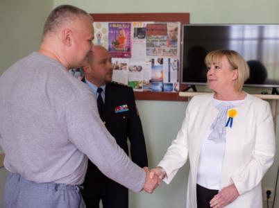 Jiné první dámy navštěvují dětské domovy a domovy důchodců. Ivana Zemanová raději zajede do vězení za Jiřím Kajínkem.
