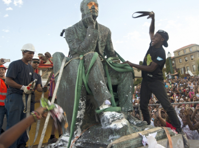 Dav studentů demoluje sochu významného absolventa a sponzora Oxfordské univerzity Cecila Rhodese. Politická korektnost v celé své kráse.