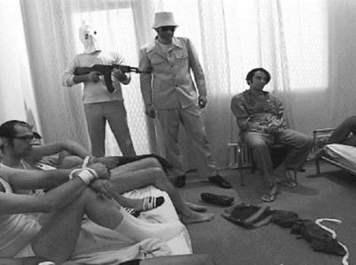 Rukojmí izraelští sportovci spolu s teroristy. V době pořízení fotografie jim zbývalo jen pár hodin života.