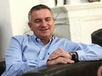 Prezidentský kancléř Vratislav Mynář je ukázkou prohnilosti lidí, kterými se obklopuje Miloš Zeman. Momentálně se může smát tomu, že Česku opět udělal mezinárodní ostudu.