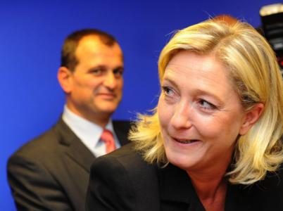 Kandidátka na prezidentku Francie Marine Le Penová je velmi výraznou političkou. Její partner Louis Aliot je naproti tomu spíše mužem v pozadí.