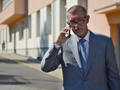 Ministrům a jejich úředníkům se to telefonuje, když za neomezené volání a 10 GB dat platí i desetkrát méně než obyčejní lidé.