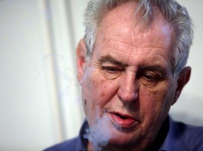Občané České republiky musí akceptovat fakt, že cigareta je pro Miloše Zemana více než zákon.