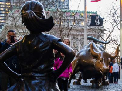 Socha odvážné holčičky se postavila nemilosrdnému býkovi z Wall Street. Myšlenka boje za rovnoprávnost dobrá, ale spíše by mohli zadavatelé z investičního fondu přijmout do svých řad nějaké ženy.