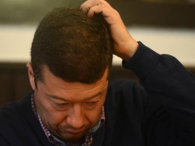 Zmatený Tomio Okamura. Na jednu stranu píše, jak by legalizoval drogy, na druhou kritizuje Ivana Bartoše za totéž.