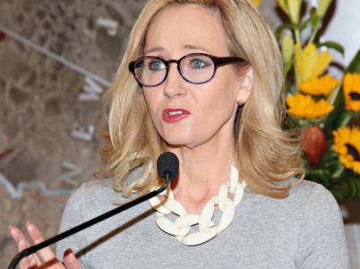 Spisovatelka J.K. Rowlingová se jako lidskoprávní aktivistka opět obula do Donalda Trumpa. Vymstilo se jí ale to, že si to, z čeho prezidenta obvinila, vymyslela.