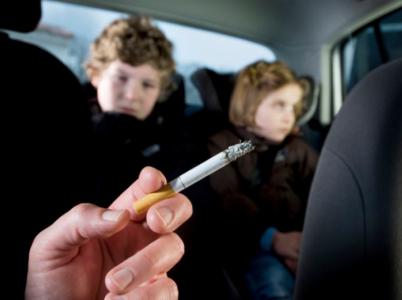 Kouříte rádi v autě? Pak si to užijte, než vám to chytří kluci z parlamentu zakážou.