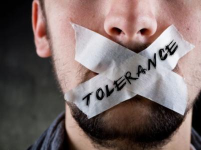 Tolerovat, či netolerovat? To je, oč tu běží.