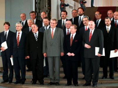 Vláda Miloše Zemana vzniklá na základě opoziční smlouvy v roce 1998 je doposud jedinou vládou, která dokázala přežít celé čtyřleté volební období.