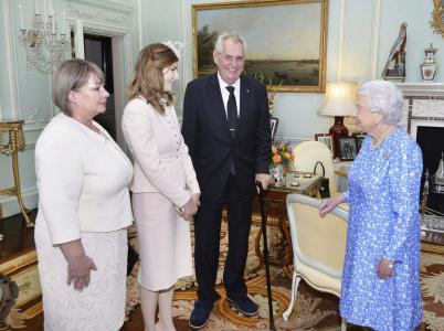 Česká první rodina, včetně nezbedné ratolesti Kateřiny, na návštěvě u britské královny.