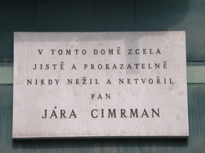 Cedule na domě, ve kterém Jára Cimrman nikdy nežil.