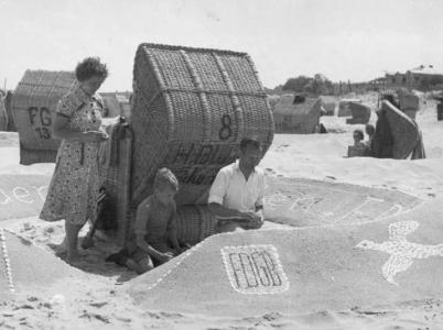 Rodinná dovolená na pláži u Ahlbecku na ostrově Usedom v roce 1952.