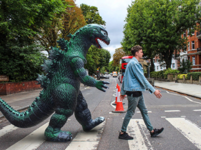 Stejnou cestou kráčeli i Beatles, teď se po přechodu na Abbey Road díky Photoshopu prošla japonská nestvůra.