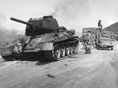 Zničený tank T-34. Snímek ze září 1950.