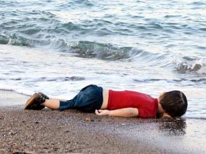 """Tahle fotka je svým způsobem i tragicky něžná, což je přirozené – říká se tomu """"lidský soucit"""""""