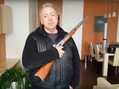 Pořadatelé mají podle moudrých rad ministerstva kontrolovat vnášení zbraní do areálu festivalů. Chudák pistolník Chovanec se svou Winchestrovkou by tak zůstal před branami.