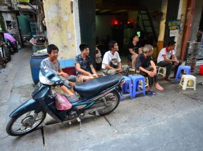 Hanojská pouliční putyka.